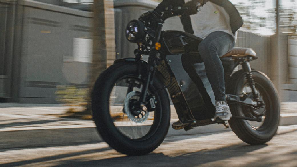 Coinvierte en OX Motorcycles junto a